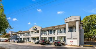 Days Inn by Wyndham Raleigh Glenwood-Crabtree - Raleigh - Building