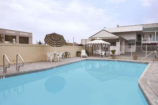 Travelodge by Wyndham Fresno Convention Center Area - Fresno - Bể bơi