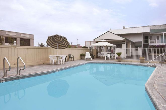 Travelodge by Wyndham Fresno Convention Center Area - Fresno - Pool