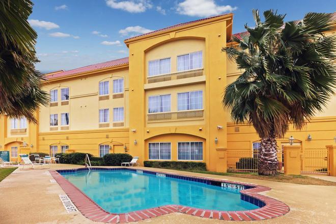 La Quinta Inn & Suites by Wyndham Seguin - Seguin - Pool