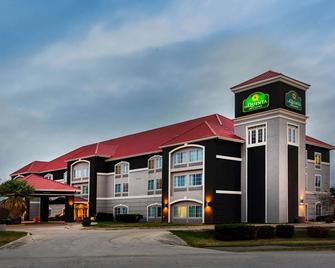 La Quinta Inn & Suites by Wyndham Seguin - Seguin - Building