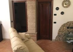 Country-style apartment just a short walk from the center - Serravalle - Living room