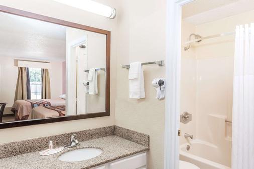 Super 8 Statesboro - Statesboro - Bathroom
