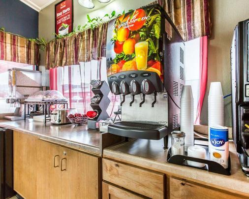 Econo Lodge Inn Suites Yreka - Yreka - Buffet
