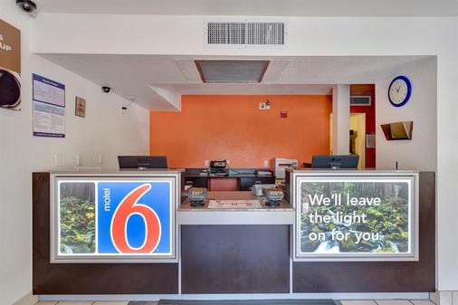 北加州聖羅莎 6 號汽車旅館 - 聖塔羅沙 - 聖羅莎 - 櫃檯