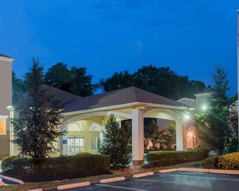Days Inn & Suites by Wyndham Cherry Hill - Philadelphia - Cherry Hill - Building
