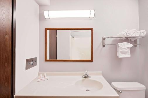Super 8 by Wyndham Fayetteville - Fayetteville - Bathroom