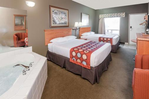 Super 8 by Wyndham Three Hills AB - Three Hills - Bedroom