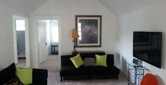 Private, Spacious Upstairs House In Vanderbilt/Hillsboro Village Neighborhood - Nashville - Wohnzimmer