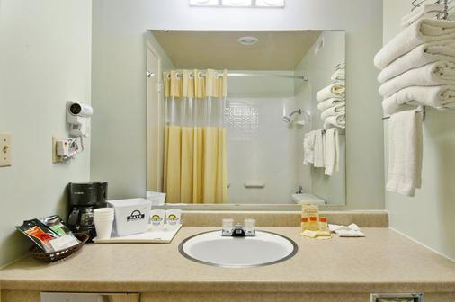 Days Inn by Wyndham Mt. Vernon - Mount Vernon - Bathroom