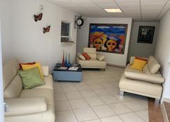 Levimar Guest House - Levittown - Living room