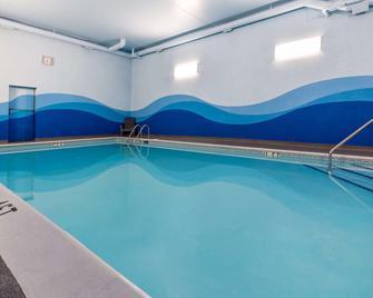 Ramada by Wyndham Coquitlam - Coquitlam - Pool