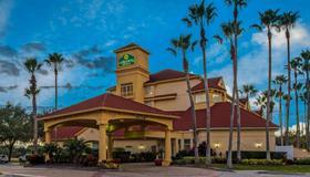 La Quinta Inn & Suites by Wyndham Orlando Airport North - Orlando - Building