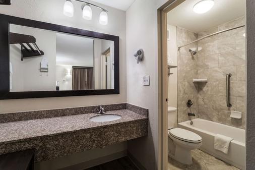 Quality Inn Coliseum - North Charleston - Bathroom