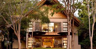 Victoria Falls Safari Suites - Водопады Виктория