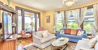 Redwood Bed and Breakfast - Niagara Falls - Living room