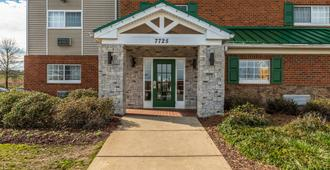 HomeTowne Studios & Suites by Red Roof Charlotte - Concord - קונקורד