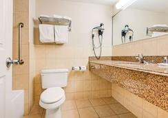 Comfort Inn Fallsview - Niagara Falls - Bathroom