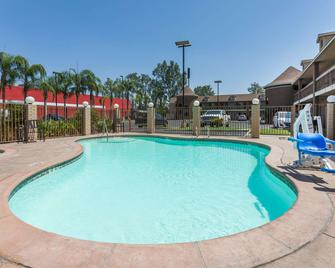 Super 8 by Wyndham Bakersfield South CA - Bakersfield - Pool