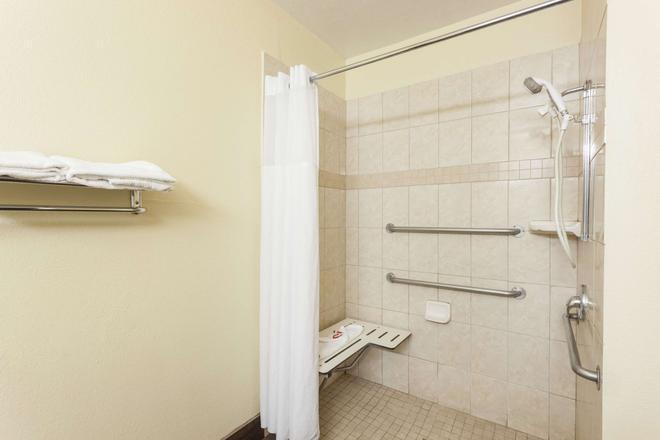 貝克爾斯菲南速 8 酒店 - 巴克爾斯菲爾德 - 貝克斯菲爾德 - 浴室