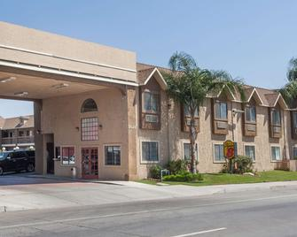 Super 8 by Wyndham Bakersfield South CA - Bakersfield - Building
