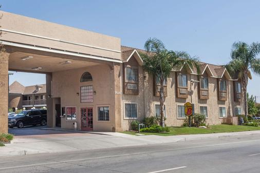 Super 8 by Wyndham Bakersfield South CA - Bakersfield - Toà nhà