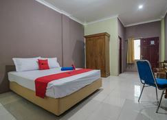 RedDoorz near Samarinda Square - Samarinda - Bedroom