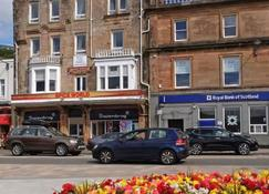 Kings Arms Holiday Apartments - Oban - Building