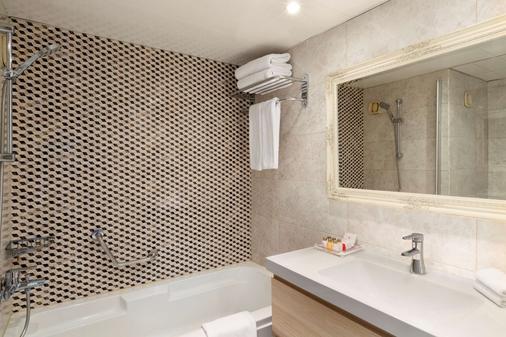 Ramada by Wyndham Sofia City Center - Sofia - Bathroom