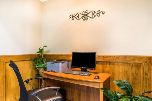 Quality Inn & Suites Chesterfield Village - Springfield - Business center