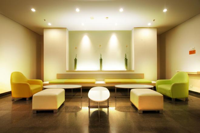 Harris Hotel Tebet - South Jakarta - Oleskelutila
