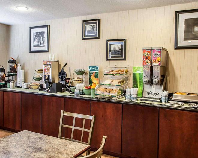 Quality Inn and Suites Davenport near I-80 - Davenport - Buffet