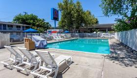 Motel 6 Sacramento Downtown - Сакраменто - Бассейн