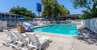 Motel 6 Sacramento Downtown - Sacramento - Pool