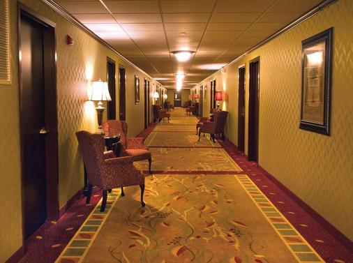 Salvatores Grand Hotel - Williamsville - Flur