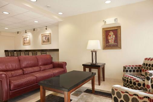 Microtel Inn & Suites by Wyndham Ann Arbor - Ann Arbor - Living room