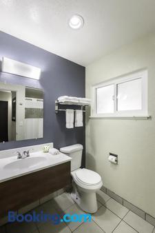 Thunderbird Lodge - Redding - Bathroom