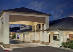 Days Inn & Suites by Wyndham Huntsville - Huntsville - Building
