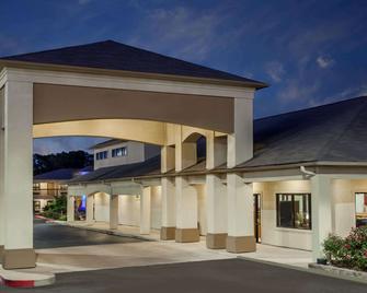 Days Inn & Suites by Wyndham Huntsville - Huntsville - Gebäude
