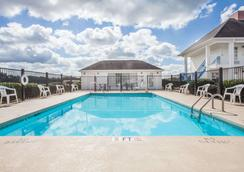 Baymont Inn and Suites Hickory - Hickory - Pool