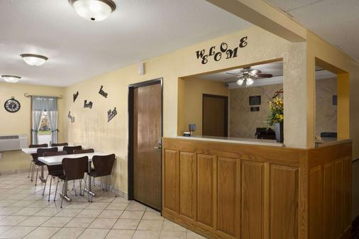 Super 8 by Wyndham Mattoon - Mattoon - Lobby