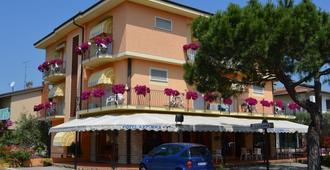 Hotel Azzurra - סירמיונה - בניין