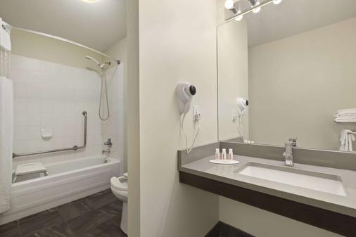 Days Inn by Wyndham Kelowna - Kelowna - Bathroom