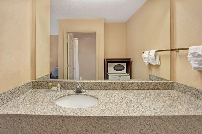 Days Inn by Wyndham Marietta White Water - Marietta - Bathroom