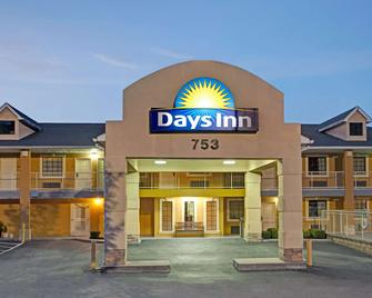 Days Inn by Wyndham Marietta White Water - Marietta - Building