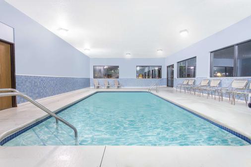 Days Inn & Suites by Wyndham Waterloo - Waterloo - Uima-allas