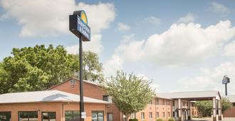 Days Inn & Suites by Wyndham Waterloo - Waterloo