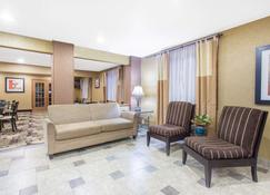 Days Inn & Suites by Wyndham Waterloo - Уотерлоо - Living room
