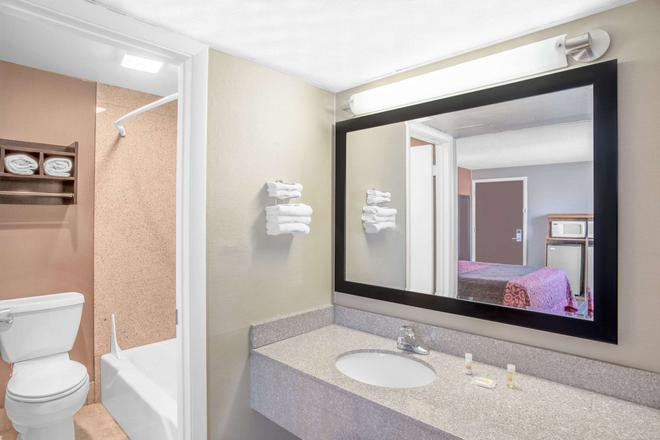 Days Inn by Wyndham Elko - Elko - Bathroom