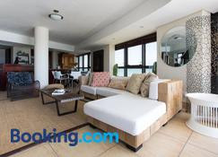 Loddey's Self Catering Apartments - Strand - Wohnzimmer